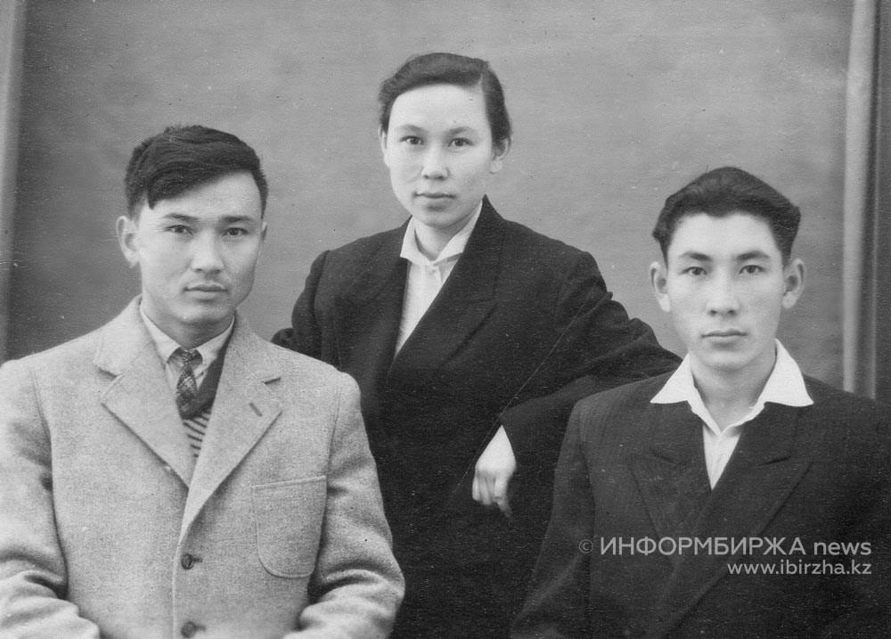 Слева направо: Кенес (отец Светланы и Айгуль), Роза, брат Булат