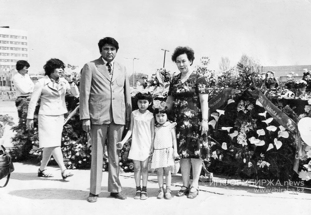 С супругом Болатом и дочерьми Гульжазирой и Самал
