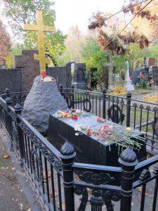 Могила Н. Гоголя на Новодевичьем кладбище