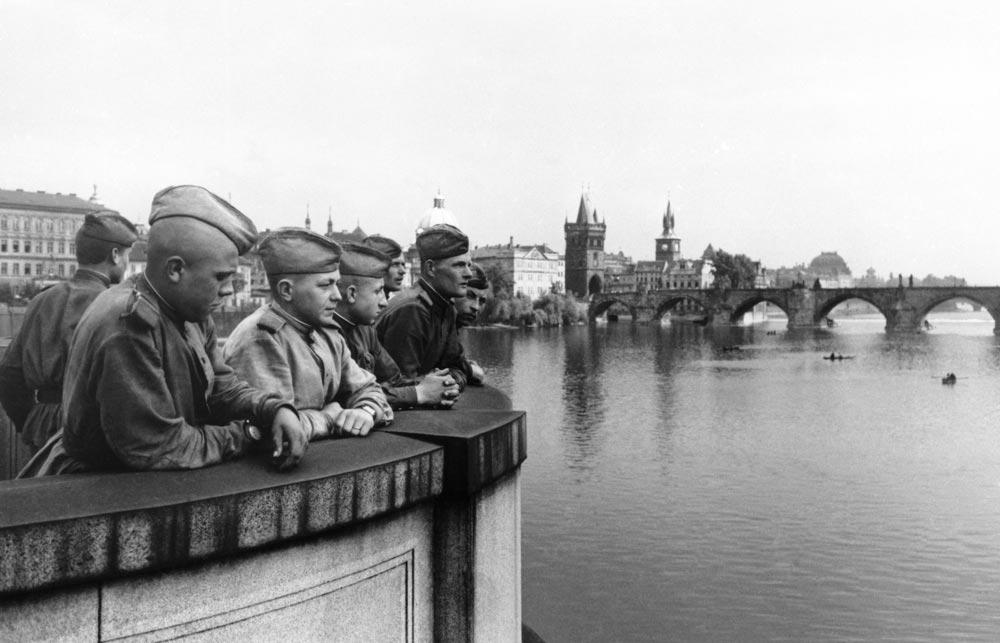 Советские солдаты на набережной реки Влтавы в освобождённой Праге