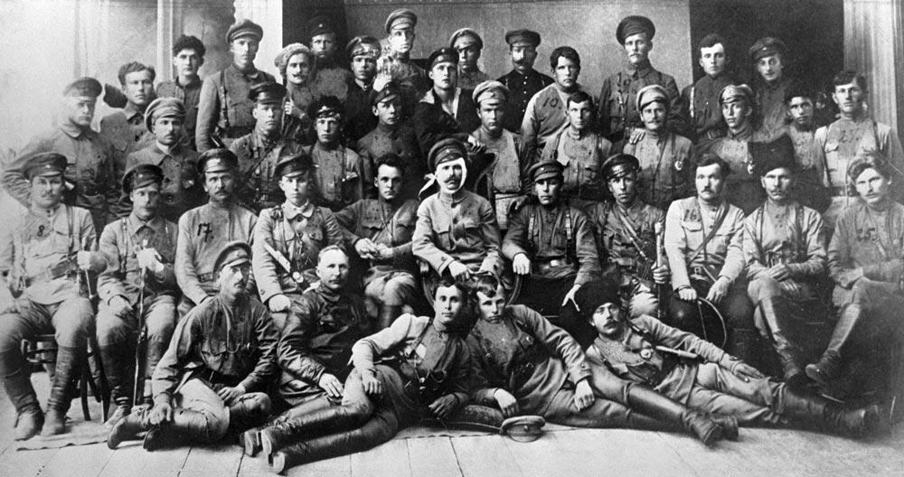 В. И. Чапаев в центре