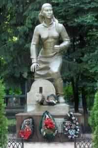 Памятник М. Маметовой в г. Невель