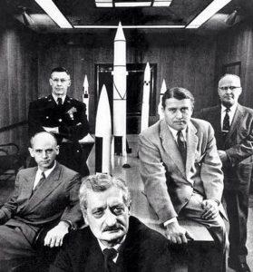 Создатели немецкой ракетной техники в 1930 году. В центре – профессор Герман Оберт, второй справа – Вернер фон Браун