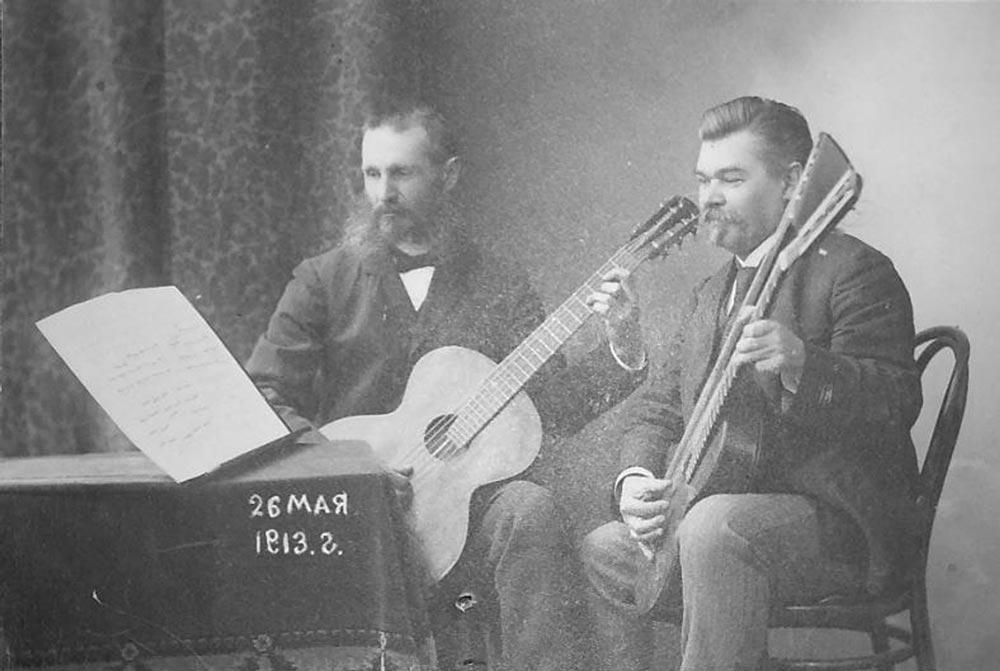 1913 г. г. Уральск. П.Л. Поляков за игрой на гитаре