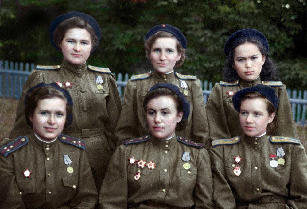 «Ночные ведьмы» 588-го бомбардировочного полка (справа, 2-й ряд Хиуаз Доспанова)