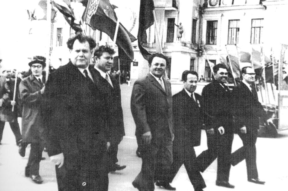 А. Синиченко с заводчанами на первомайской демонстрации