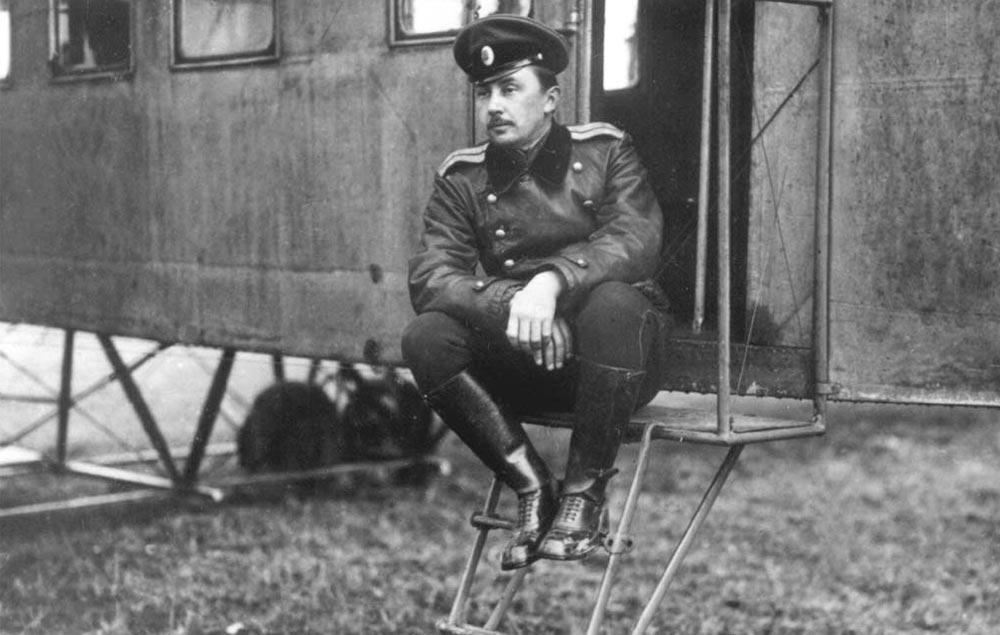 Капитан Горшков сидит на трапе «Ильи Муромца Киевского», лето 1914 года