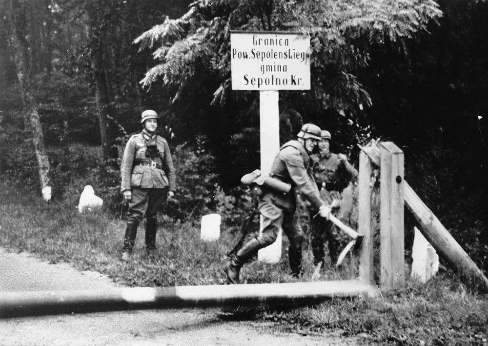 Гитлеровцы уничтожают пограничные знаки на границе с Польшей