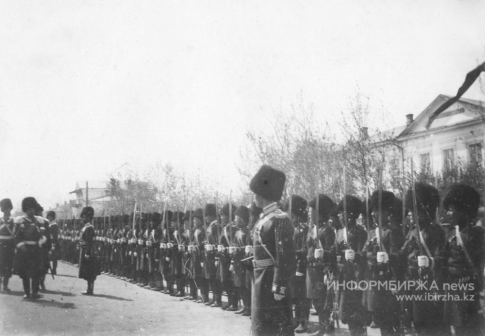 Церковный парад перед собором в XIX веке