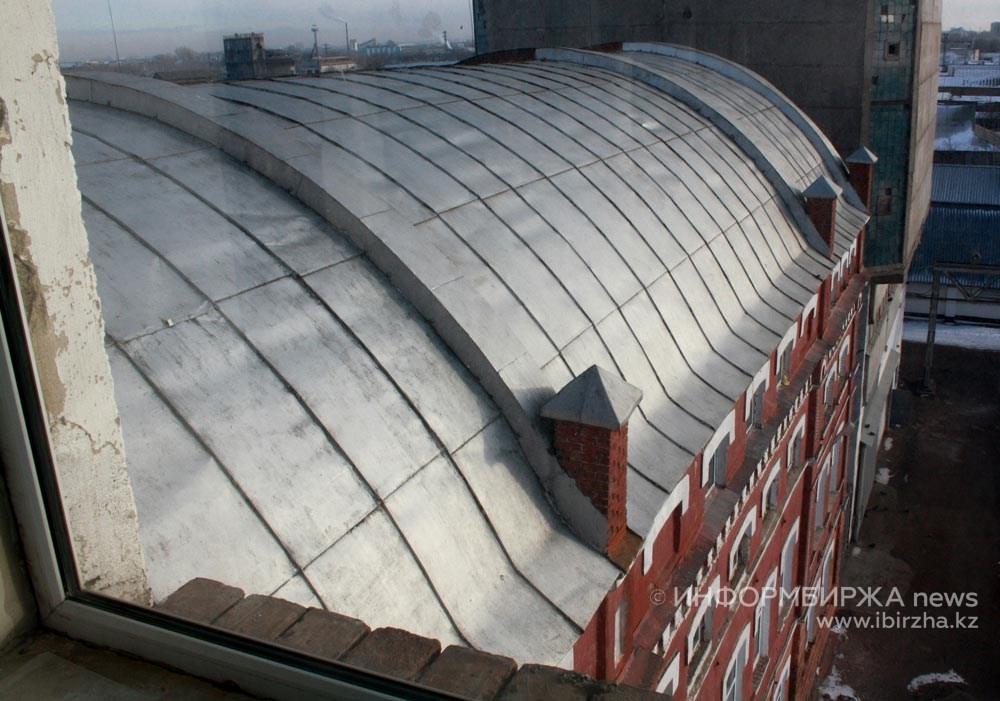 Цилиндрическая кровля паровой мельницы «Карева, Старова и К°», корпус мельницы Юрова. Фото 2012 года
